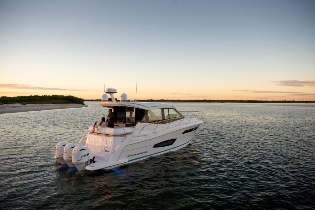 Exterior Regal 38 XO New Boat