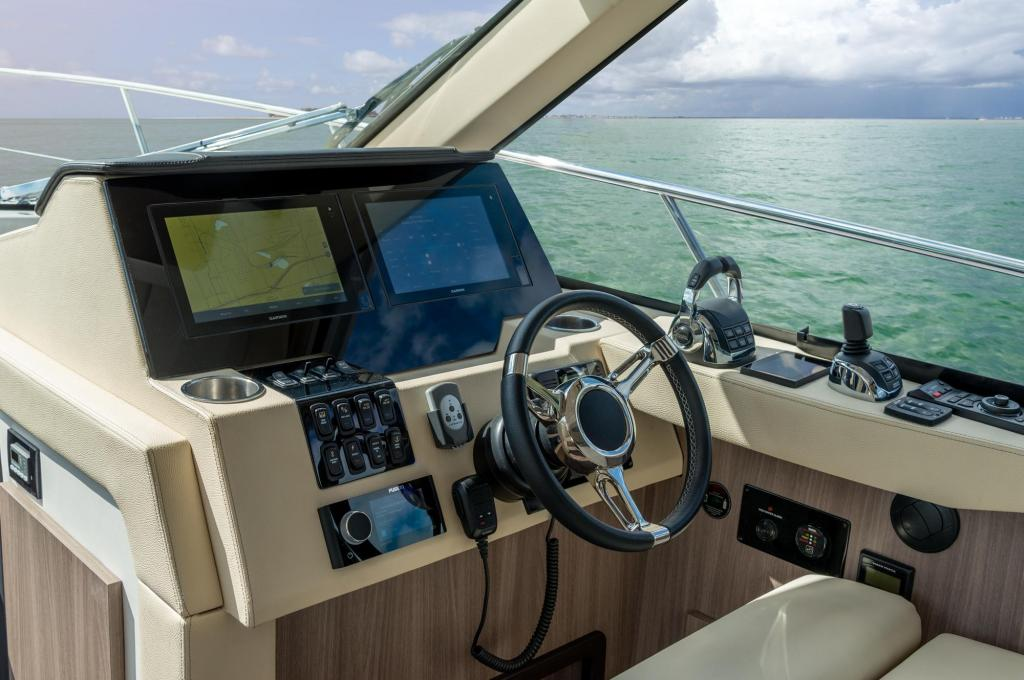 Exterior Regal 38 Grande Coupe New Boat
