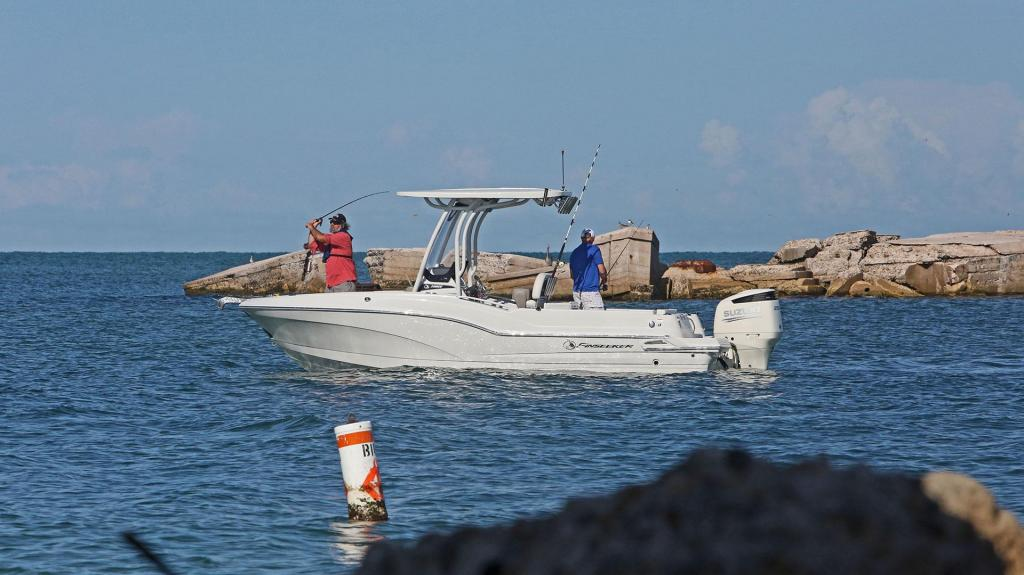 Exterior Crownline 230 CC Finseeker New Boat